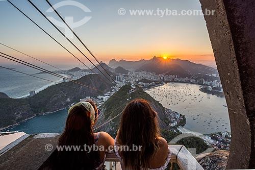 Vista do pôr do sol a partir da Estação do bondinho do Pão de Açúcar  - Rio de Janeiro - Rio de Janeiro (RJ) - Brasil