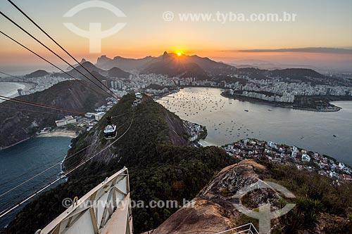 Bondinho fazendo a travessia entre o Morro da Urca e o Pão de Açúcar durante o pôr do sol  - Rio de Janeiro - Rio de Janeiro (RJ) - Brasil