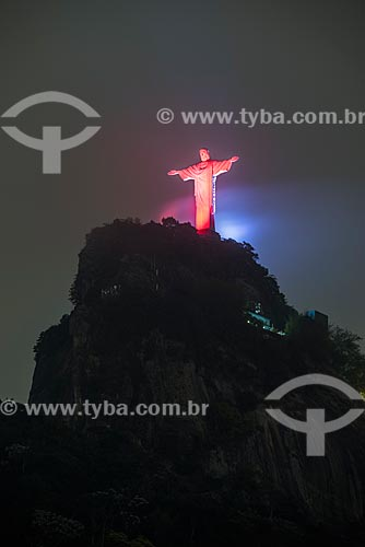 Monumento Cristo Redentor (1931) com iluminação especial - vermelho - devido ao Dia Nacional de Combate à Doença Vascular  - Rio de Janeiro - Rio de Janeiro (RJ) - Brasil