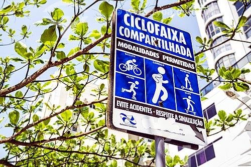 Placa indicando ciclofaixa compartilhada  - Balneário Camboriú - Santa Catarina (SC) - Brasil