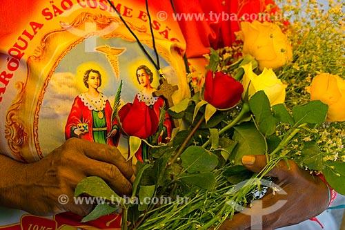 Fiel segurando rosas na Igreja de São Cosme e Damião  - Rio de Janeiro - Rio de Janeiro (RJ) - Brasil