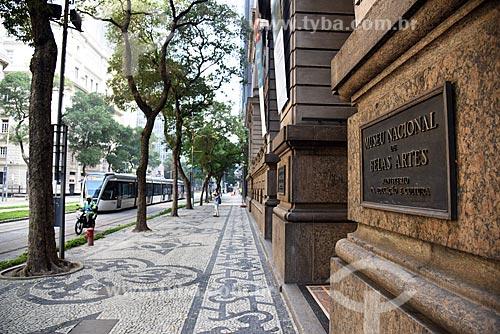 Veículo leve sobre trilhos - à esquerda - com o calçamento em pedra portuguesa em frente ao Museu Nacional de Belas Artes  - Rio de Janeiro - Rio de Janeiro (RJ) - Brasil