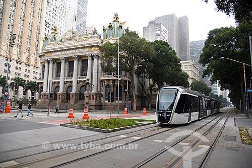 Veículo leve sobre trilhos passando em frente ao Theatro Municipal do Rio de Janeiro  - Rio de Janeiro - Rio de Janeiro (RJ) - Brasil