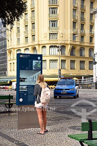 Mulher lendo painel de informação turística na Cinelândia  - Rio de Janeiro - Rio de Janeiro (RJ) - Brasil