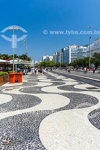 Calçamento em Pedra Portuguesa no calçadão da Praia de Copacabana  - Rio de Janeiro - Rio de Janeiro (RJ) - Brasil