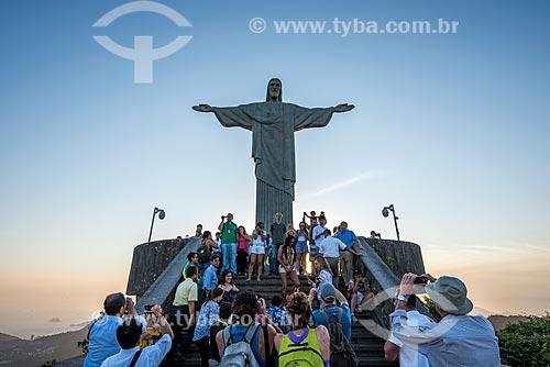 Turistas no Cristo Redentor durante o pôr do sol  - Rio de Janeiro - Rio de Janeiro (RJ) - Brasil