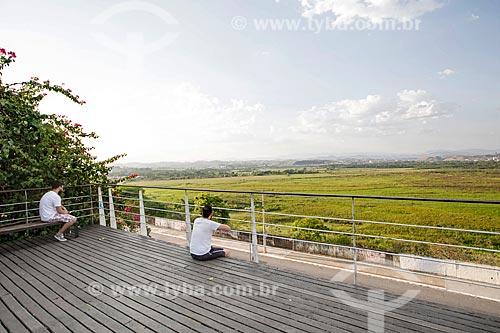 Turistas observando a paisagem a partir do Mirante Jornalista Mário Leme Galvão - mais conhecido como Mirante do Banhado  - São José dos Campos - São Paulo (SP) - Brasil