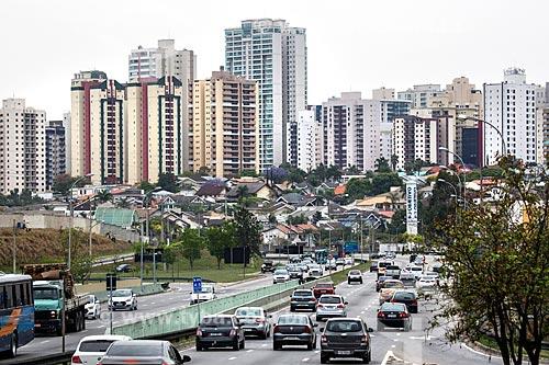 Vista do tráfego na Rodovia Monteiro Lobato (SP-50) com prédios ao fundo  - São José dos Campos - São Paulo (SP) - Brasil