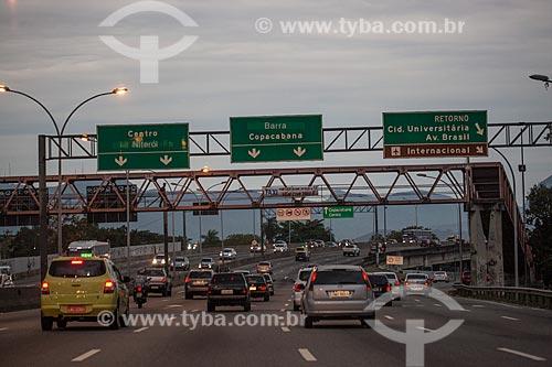 Tráfego na Linha Vermelha próximo à Ilha do Fundão durante o anoitecer  - Rio de Janeiro - Rio de Janeiro (RJ) - Brasil