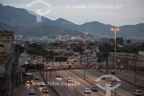Tráfego na Avenida Brasil durante o anoitecer  - Rio de Janeiro - Rio de Janeiro (RJ) - Brasil
