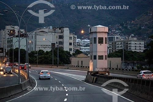 Posto de observação da Policia Militar na via de acesso ao Viaduto Engenheiro Freyssinet (1974) - também conhecido como Viaduto da Paulo de Frontin - sentido Túnel Rebouças  - Rio de Janeiro - Rio de Janeiro (RJ) - Brasil