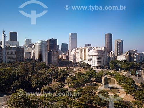 Vista área com a Estátua do Marechal Deodoro da Fonseca, na Praça de mesmo nome e prédios do centro do Rio de Janeiro ao fundo  - Rio de Janeiro - Rio de Janeiro (RJ) - Brasil