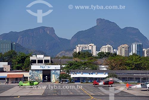 Avião na pista do Aeroporto Roberto Marinho - mais conhecido como Aeroporto de Jacarepaguá  - Rio de Janeiro - Rio de Janeiro (RJ) - Brasil