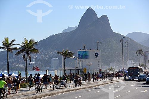 Posto 9 na Praia de Ipanema com Morro Dois Irmãos ao fundo  - Rio de Janeiro - Rio de Janeiro (RJ) - Brasil