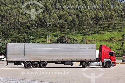 Caminhão baú na Rodovia Presidente Dutra (BR-116)  - Queluz - São Paulo (SP) - Brasil