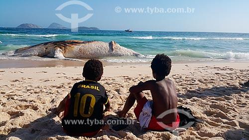 Meninos observam baleia jubarte morta encalhada na orla da Praia de Ipanema  - Rio de Janeiro - Rio de Janeiro (RJ) - Brasil