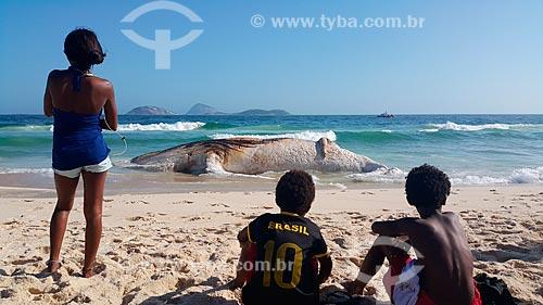 Crianças observam baleia jubarte morta encalhada na orla da Praia de Ipanema  - Rio de Janeiro - Rio de Janeiro (RJ) - Brasil