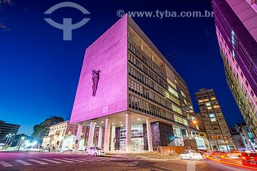 Fachada do Palácio da Justiça (1968) - sede do Tribunal de Justiça do Estado do Rio Grande do Sul - com iluminação especial - rosa - devido à Campanha Outubro Rosa  - Porto Alegre - Rio Grande do Sul (RS) - Brasil