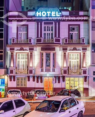 Fachada o Hotel Praça da Matriz (1978) com iluminação especial - rosa - devido à Campanha Outubro Rosa  - Porto Alegre - Rio Grande do Sul (RS) - Brasil