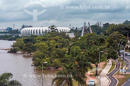 Vista da orla do Lago Guaíba com o Estádio José Pinheiro Borda (1969) - mais conhecido como Beira-Rio - ao fundo a partir da Fundação Iberê Camargo  - Porto Alegre - Rio Grande do Sul (RS) - Brasil