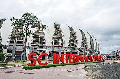 Letreiro com os dizeres: Internacional com o Estádio José Pinheiro Borda (1969) - mais conhecido como Beira-Rio - ao fundo  - Porto Alegre - Rio Grande do Sul (RS) - Brasil