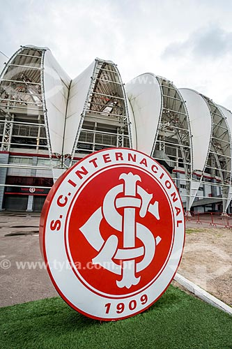 Escudo do Sport Club Internacional com o estádio José Pinheiro Borda (1969) - mais conhecido como Beira-Rio - ao fundo  - Porto Alegre - Rio Grande do Sul (RS) - Brasil