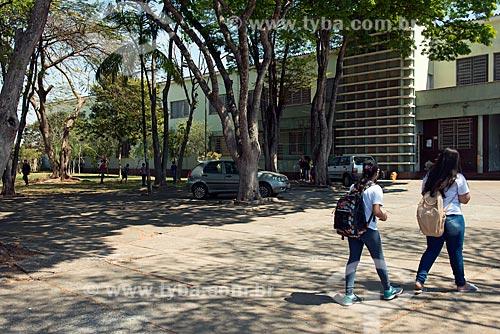 Alunos em frente à Escola Estadual Professor João Menezes  - Piumhi - Minas Gerais (MG) - Brasil