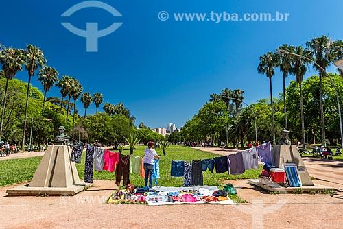 Roupas à venda no Parque Farroupilha - também conhecido como Parque da Redenção  - Porto Alegre - Rio Grande do Sul (RS) - Brasil