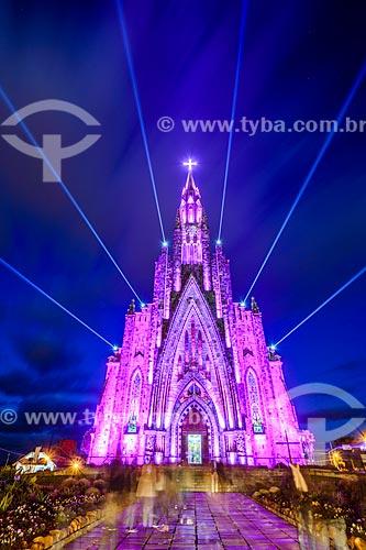 Paróquia de Nossa Senhora de Lourdes - também conhecida como Catedral de Pedra - com iluminação especial - rosa  - Canela - Rio Grande do Sul (RS) - Brasil