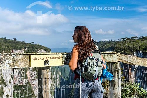 Mulher observando a vista a partir do Mirante do Cotovelo no Parque Nacional dos Aparados da Serra  - Cambará do Sul - Rio Grande do Sul (RS) - Brasil