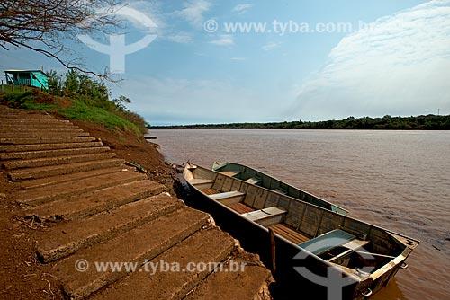 Canoa ancorada no Rio Uruguai  - Garruchos - Rio Grande do Sul (RS) - Brasil