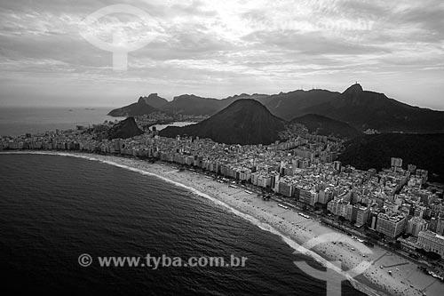 Foto aérea da orla da Praia de Copacabana com o Morro Dois Irmãos e a Pedra da Gávea ao fundo  - Rio de Janeiro - Rio de Janeiro (RJ) - Brasil