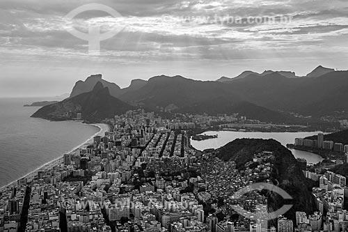 Foto aérea da orla da Praia de Ipanema - à esquerda - com o Morro Dois Irmãos e a Pedra da Gávea ao fundo  - Rio de Janeiro - Rio de Janeiro (RJ) - Brasil