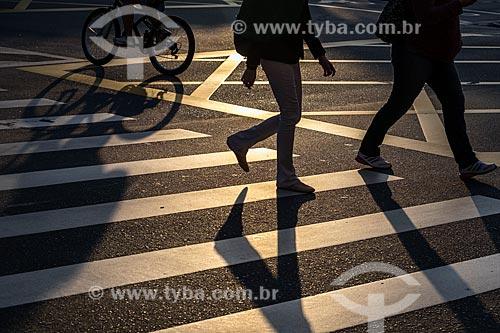 Silhueta de pedestres na faixa de pedestre  - São Caetano do Sul - São Paulo (SP) - Brasil