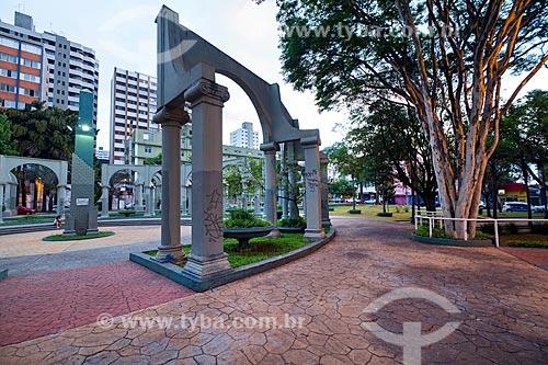 Detalhe de colunas em estilo jônico na Praça Prefeito Luiz Olinto Tortorello  - São Caetano do Sul - São Paulo (SP) - Brasil