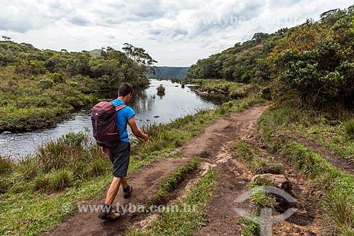 Homem na trilha da pedra do segredo ao lado do Arroio do Segredo no Parque Nacional da Serra Geral  - Cambará do Sul - Rio Grande do Sul (RS) - Brasil