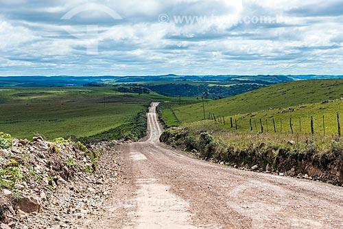 Vista de estrada de terra próximo à cidade de São José dos Ausentes  - São José dos Ausentes - Rio Grande do Sul (RS) - Brasil
