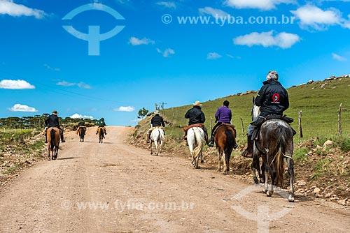 Pessoas à cavalo em estrada de terra próximo à cidade de São José dos Ausentes  - São José dos Ausentes - Rio Grande do Sul (RS) - Brasil