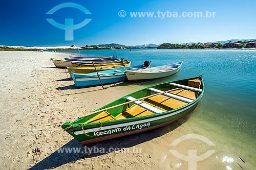 Canoas atracadas na foz do Rio da Madre - Praia da Guarda do Embaú no Parque Estadual da Serra do Tabuleiro  - Palhoça - Santa Catarina (SC) - Brasil