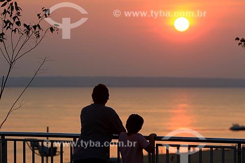 Pessoas observando o pôr do sol no mirante da Praia de Ponta Negra  - Manaus - Amazonas (AM) - Brasil