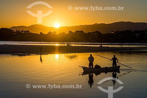 Canoa na orla da Praia da Guarda do Embaú no Parque Estadual da Serra do Tabuleiro durante o entardecer  - Palhoça - Santa Catarina (SC) - Brasil