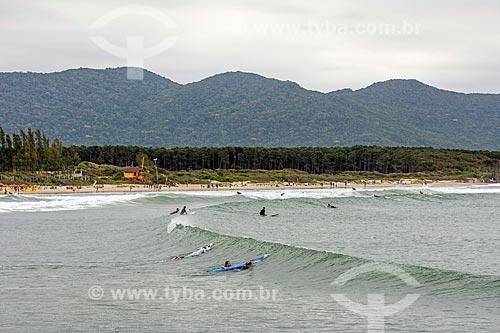 Surfistas na Praia de Moçambique  - Florianópolis - Santa Catarina (SC) - Brasil