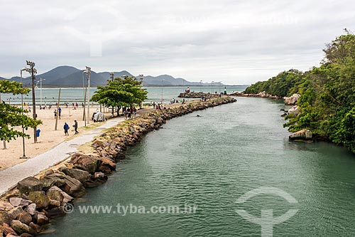 Vista da foz do rio com a orla da Praia da Barra da Lagoa  - Florianópolis - Santa Catarina (SC) - Brasil
