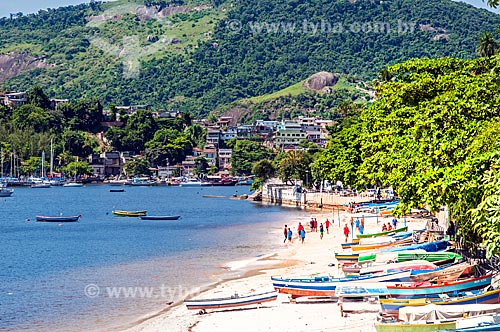 Vista de barcos ancorados na orla da Praia de Jurujuba  - Niterói - Rio de Janeiro (RJ) - Brasil