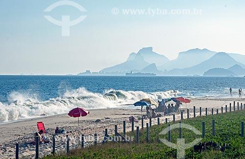 Vista da orla da Praia de Piratininga durante ressaca com o Morro Dois Irmãos e a Pedra da Gávea ao fundo  - Niterói - Rio de Janeiro (RJ) - Brasil