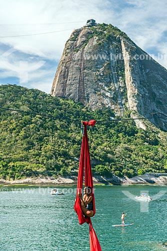 Acrobacia aérea com tecido próximo à Praia Vermelha com o Pão de Açúcar ao fundo  - Rio de Janeiro - Rio de Janeiro (RJ) - Brasil