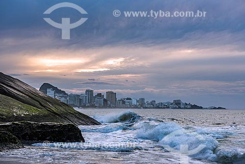 Vista da orla da Praia do Leblon durante o amanhecer  - Rio de Janeiro - Rio de Janeiro (RJ) - Brasil