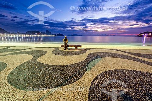 Vista da estátua do poeta Carlos Drummond de Andrade no Posto 6 durante o amanhecer com o Pão de Açúcar ao fundo  - Rio de Janeiro - Rio de Janeiro (RJ) - Brasil