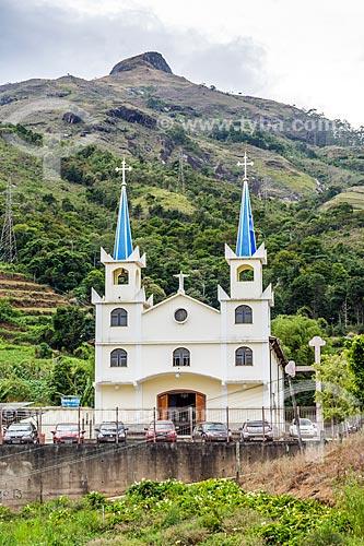 Fachada da Igreja de Nossa Senhora da Penha no bairro de Três Pedras com o Morro do Cobiçado ao fundo  - Petrópolis - Rio de Janeiro (RJ) - Brasil