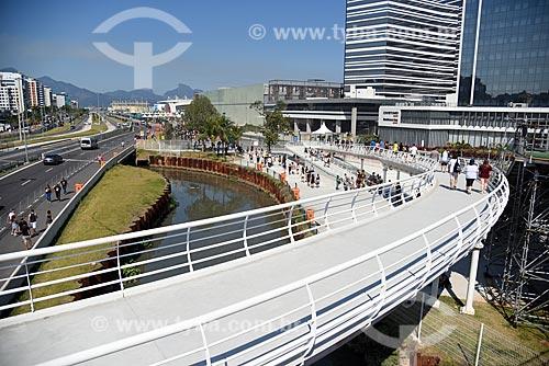 Vista de passarela da Estação do BRT Transolímpica - Estação Terminal Centro Olímpico - para acesso à Avenida Embaixador Abelardo Bueno com o Parque Olímpico Rio 2016 ao fundo  - Rio de Janeiro - Rio de Janeiro (RJ) - Brasil